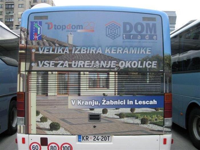 Werbung an Bussen | Sms Marketing d.o.o. | Werbung am hinteren Teil des Busses – Dom trade