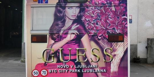 Oglaševanje na avtobusih | Sms Marketing d.o.o. | Oglas na zadnjem delu avtobusa - Guess